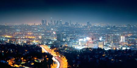 anochecer: Los Ángeles en la noche con edificios urbanos y carreteras