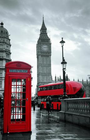 bus anglais: Cabine téléphonique rouge et Big Ben à Westminster à Londres. Banque d'images