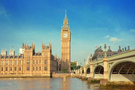 Big Ben and House of Parliament in London panorama over Thames River. 免版税图像 - 43193674
