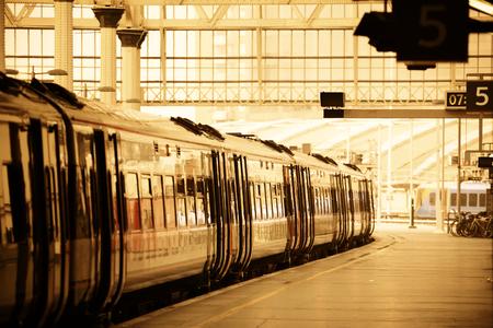 estacion de tren: Tren en la plataforma en la estación en Londres Editorial