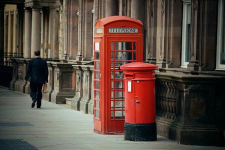 Edinburgh city street view with telephone box in United Kingdom. Foto de archivo