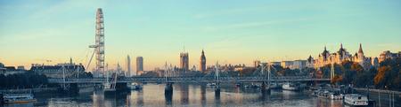 Panorama de la rivière Thames avec London Eye et Palais de Westminster à Londres. Banque d'images - 46870678