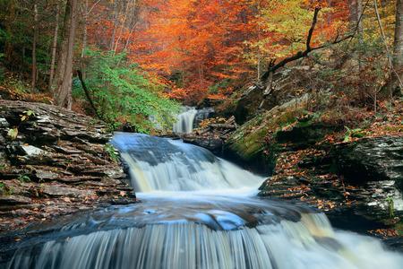 Herfst watervallen in het park met kleurrijke bladeren. Stockfoto - 46872465