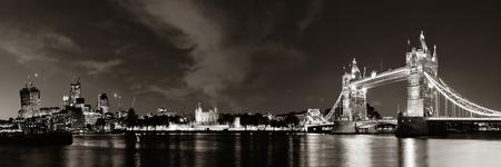 ロンドンの夜のテムズ川の上のパノラマのタワー ブリッジ