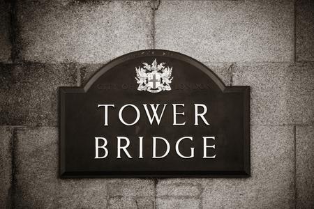 arcos de piedra: Puente de la Torre de Londres como el símbolo de la ciudad ..
