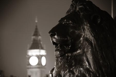leones: Trafalgar Square estatua de León y el Big Ben en Londres en la noche en el BW