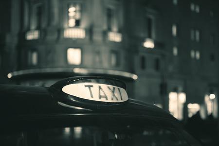 밤에 런던의 거리에서 빈티지 택시. 스톡 콘텐츠