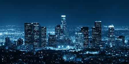 paisajes noche pareja: Los Ángeles edificios del centro por la noche Foto de archivo