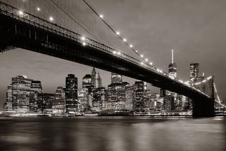 Manhattan Downtown urban view with Brooklyn bridge at night Banque d'images