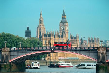 english bus: Big Ben, Maison du Parlement et Lambeth Bridge avec le bus rouge à Londres.