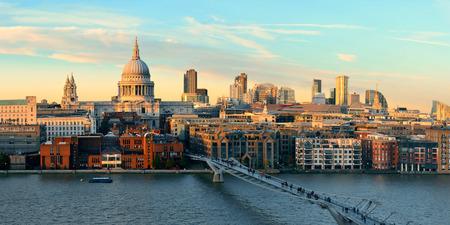 유명한 랜드 마크와 같은 석양 런던 세인트 폴 성당. 스톡 콘텐츠 - 51313874