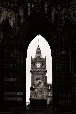 Balmoral Hotel Glockenturm gesehen durch Scott Monument in Edinburgh Standard-Bild