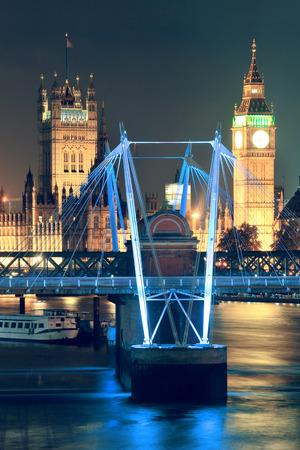 ウェストミン スター宮殿と夜ロンドンのテムズ川に架かる橋