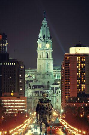 george washington: estatua de George Washington y Ayuntamiento en la noche en Filadelfia Foto de archivo