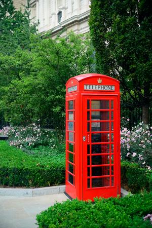 Cabine de téléphone rouge dans la rue avec une architecture historique à Londres. Banque d'images - 51166960