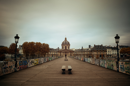 des: Pont des Arts and River Seine in Paris, France.