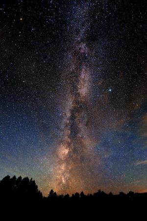 Vía Láctea sobre bosque en Stowe, Vermont. Foto de archivo