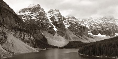 Moraine Lake met sneeuw bedekte berg van Banff National Park in Canada Stockfoto