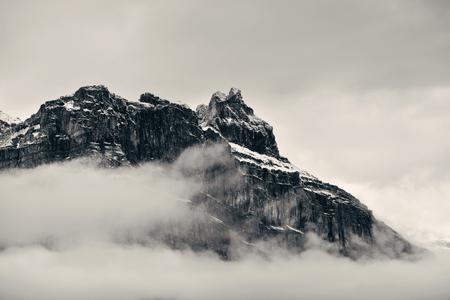 blanco negro: montaña con niebla y nubes en el Parque Nacional Banff, Canadá