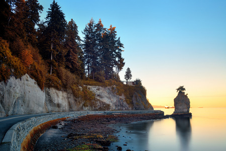 Siwash Rock in Stanley Park at sunrise in Vancouver 免版税图像 - 52623199