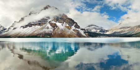 밴프 국립 공원의 눈 덮인 산과 숲과 보우 호수 파노라마 반사