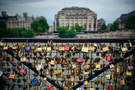 パリのセーヌ川に架かる橋に南京錠の膨大な量
