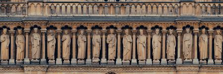 religion catolica: Notre Dame de París vista de cerca panorama como el símbolo de la ciudad.