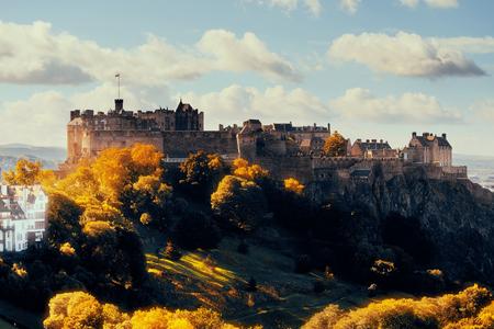 有名なランドマークとしてエディンバラ城。英国。