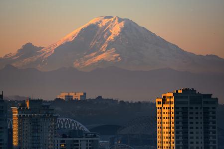 mount rainier: Mount Rainier and Seattle city architecture