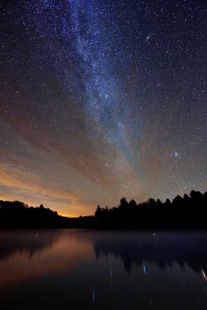 Milky Way over meer in Stowe, Vermont.