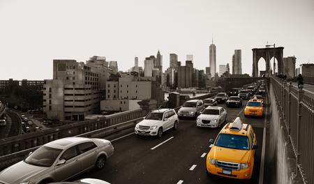 fondo blanco y negro: Hora punta de tráfico en el centro de Manhattan con el puente de Brooklyn en Nueva York