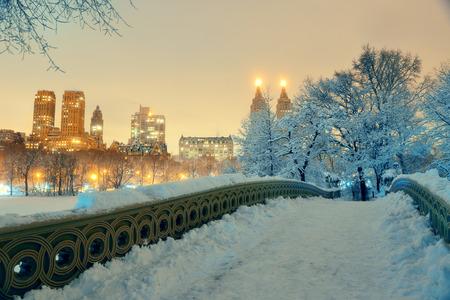Central Park im Winter mit Wolkenkratzern und Bogen-Brücke im Zentrum von Manhattan, New York City