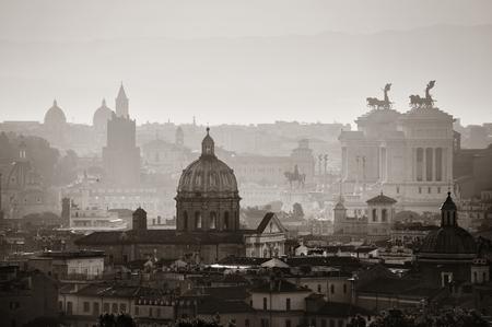 Roma vista panoramica silhouette all'alba in bianco e nero con l'architettura antica in Italia.