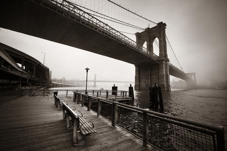 blanco y negro: Puente de Brooklyn en un día de niebla en el centro de Manhattan Foto de archivo