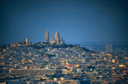 sacre coeur: Paris Vue panoramique sur la ville sur le toit et la cathédrale du Sacré-C?ur au coucher du soleil, France.