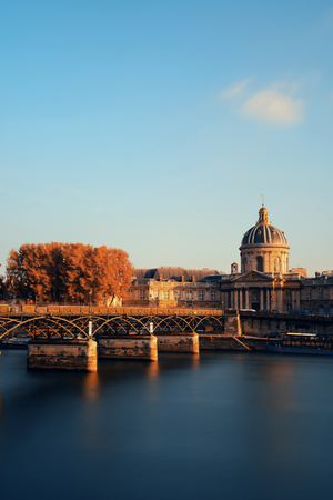 des: Pont des Arts and Institut de France in Paris, France.