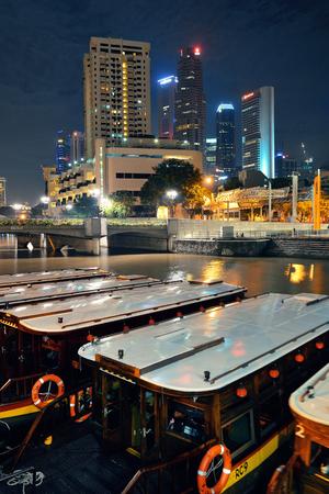 シンガポールのストリート ビューとレストラン 2013 年 4 月 5 日の夜シンガポール - 4 月 5日: クラーク ・ キー。歴史的な川沿い岸壁として今シンガ 報道画像
