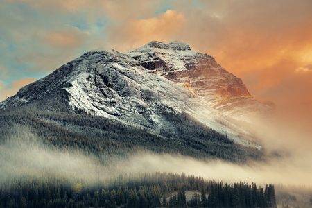 Snow capped mountain and fog at sunset in Yoho National Park in Canada Banco de Imagens