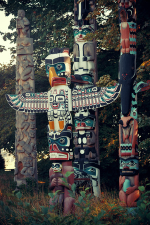 totem indien: Indian totem poles in Stanley park in Vancouver, Canada.