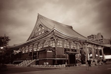 夜の東京の浅草寺。