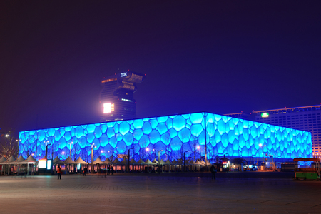 Beijing, China - 7 april: Beijing National Aquatics Center bij nacht op 7 april 2013 in Beijing, China. Het centrum werd opgericht voor de Olympische Spelen en de Paralympics 2008 Zomer. Redactioneel