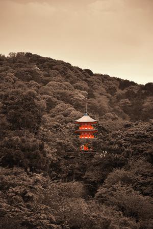 monasteri: Torre Pagoda in Jishu Jinja Shrine a Kyoto, Giappone.