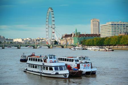 テムズ川の上都市のアーキテクチャとロンドンのウェストミン スター地区。