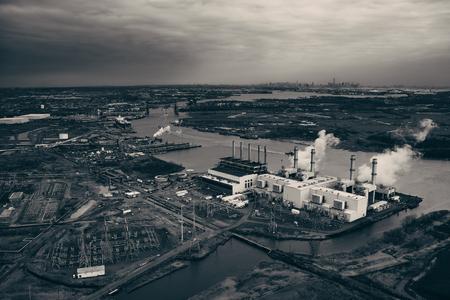 遠く空撮からニューヨーク市のスカイラインとニュージャージー州の石油産業
