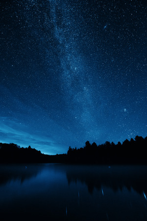 jezior: Milky Way over lake in Stowe, Vermont.