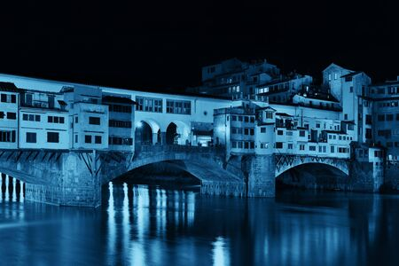 ponte vecchio: Ponte Vecchio over Arno River in Florence Italy at night.