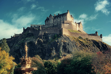 Edinburgh castle with fountain as the famous city landmark. United Kingdom. Фото со стока - 72427561