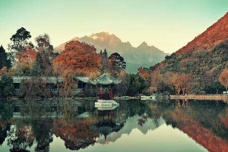中国・雲南省、麗江黒龍プール。
