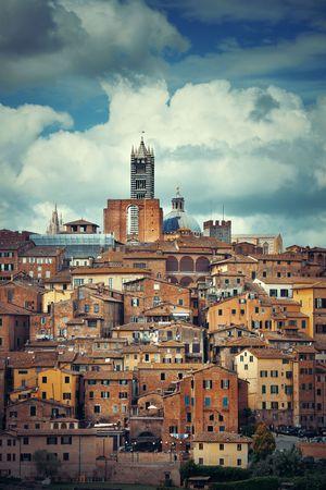 Middeleeuwse stad met Siena Cathedral en skyline in Italië Stockfoto - 74504429
