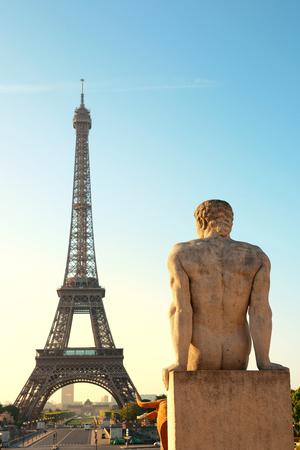 De Toren van Eiffel met standbeeld als de beroemde stad mijlpaal in Parijs Stockfoto